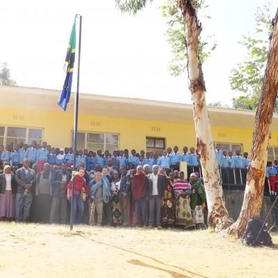 タンザニアブル地区で完成した教室の前で