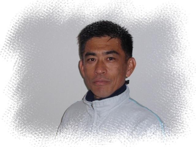 e-Athletesヘッドコーチ<鈴木 彰>  日本体育協会公認コーチ(陸上競技)  マラソンベストタイム;2時間20分43秒(87年びわ湖毎日)  走歴40年、指導歴26年。90年代初期から「ランナーズ」誌に登場している市民ランナー指導のエキスパート。   著書に「eA式マラソン新常識トレーニング」「eA式走力アップトレーニング」他