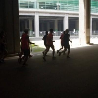 日産スタジアム回廊 日差しを避けて走れます。
