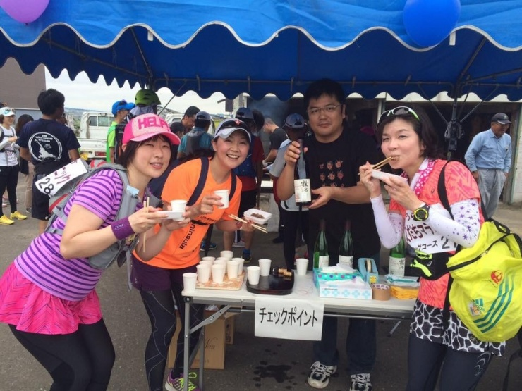 2016年9月4日に北海道浦臼町で開催した「うらうす友だちマラニック」のエイドステーション。 地元の畜産家さんが美味しい牛肉を焼いておもてなししてくださいました(^。^)