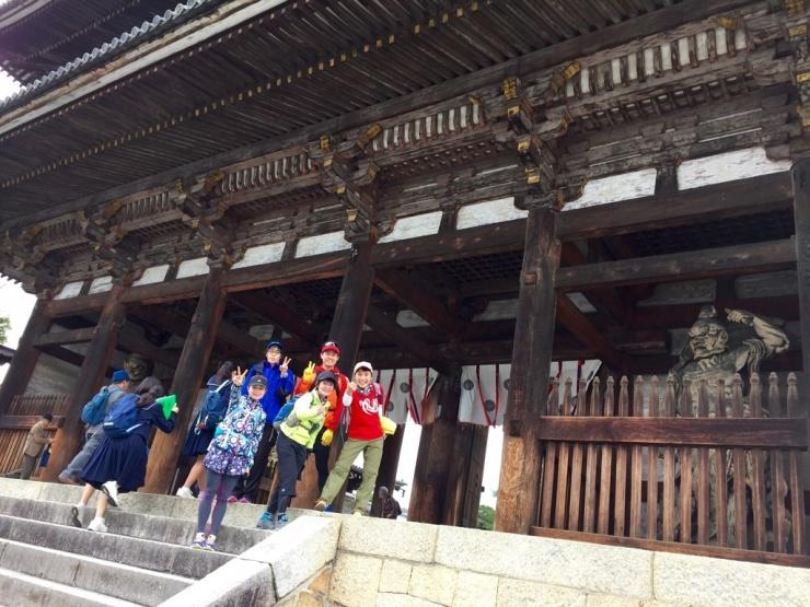 仁和寺の前で記念撮影