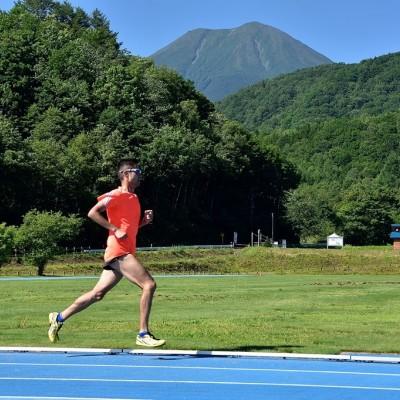 御嶽を望む日和田ハイランド競技場のブルートラック
