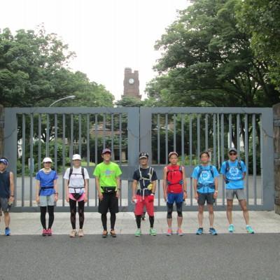 約6km地点が東京大学駒場キャンパスの正門、時計台を背に過去の参加者です。