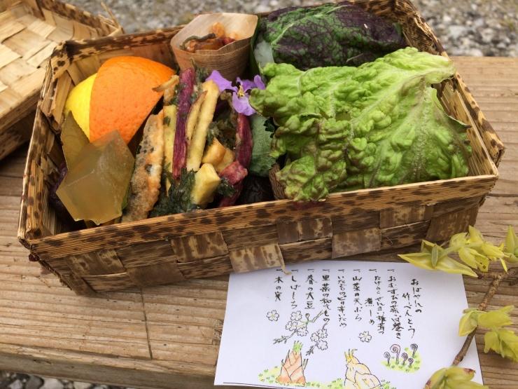 土佐塩の道弁当は、全て自然にかえるものでつくられています。竹カゴを編んだお弁当に、地元食材が美しく・おいしく入っています。しし汁もあります。
