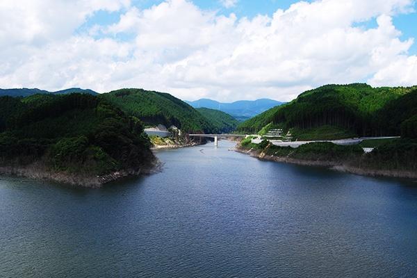 山に囲まれたダム湖・しゃくなげ湖畔コース(佐賀市)