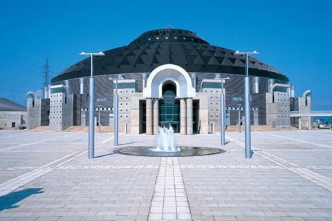 モダンな建物が目印・サンドーム福井周回コース(鯖江市)