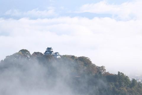 天空の城を望む「越前大野名水マラソン」コース(大野市)