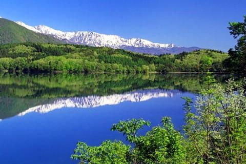 北アルプスを眺めながらの湖畔道。青木湖一周コース(大町市)