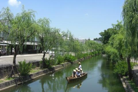 柳と白壁の土蔵が並ぶ倉敷川コース(倉敷市)