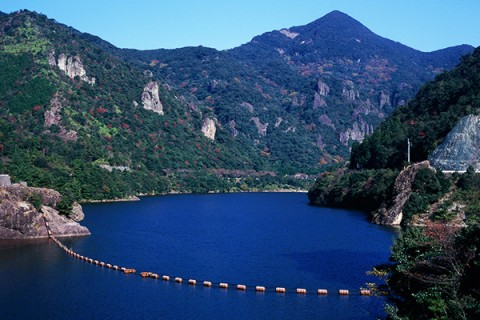 深い渓谷を望む竜門ダム周回コース(有田町)