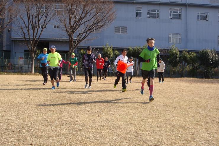 東京海洋大学越中島校舎グランドにて、ランニング大学実技風景