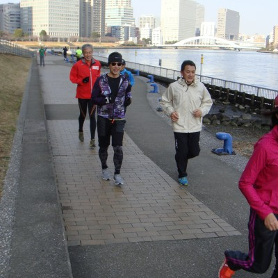 実技で海洋大学そばの隅田川沿いをランニング