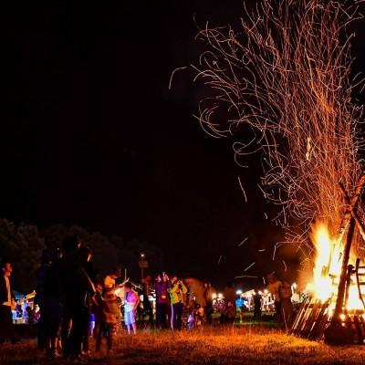 キャンプファイヤー。炎の力を感じます。