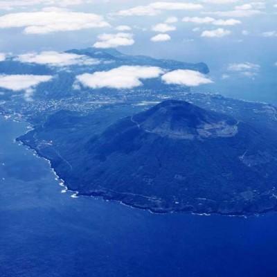 八丈島上空からの風景(手前が八丈富士)