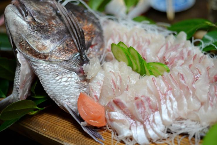 交流会では新鮮な刺身のほか、島の特産物でおもてなし!!