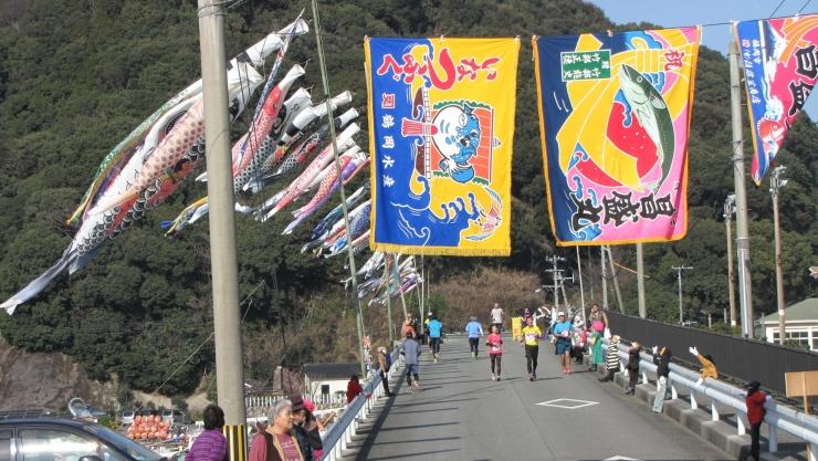 各地域の沿道は大漁旗などで装飾し、島を挙げて歓迎します!!