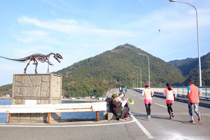 御所浦島と牧島を結ぶ中瀬戸橋。恐竜のオブジェも応援!!