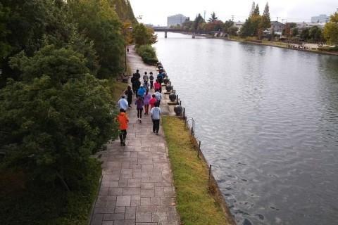 身体を意識して走るランニング教室。環水公園RUN