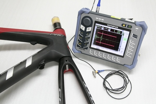 カーボン損傷の有無は超音波診断機を使用して判断します。