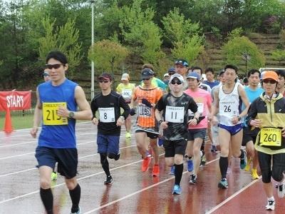 雨の中力走する選手たち。 起伏に富んだコースは練習にはもってこい!