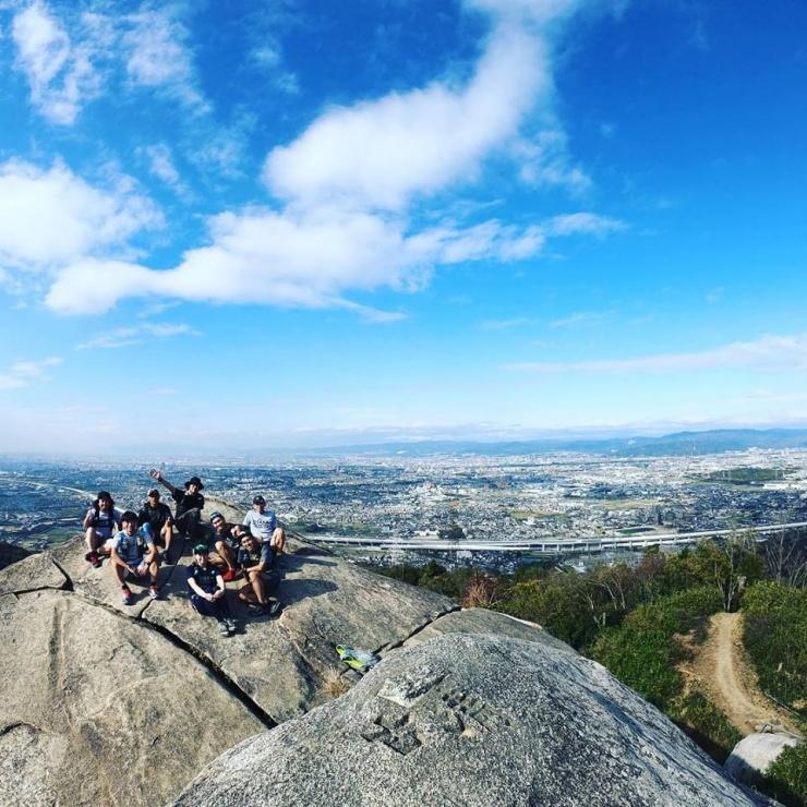 自慢のホームフィールド、交野山頂上の『Big Rock!』は、交野(かたの)里山の象徴です。341mの低山とは思えない絶景です。