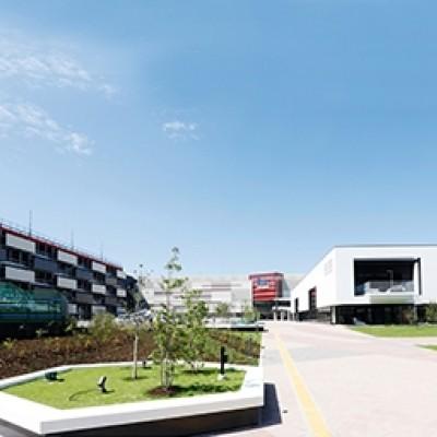 高感度ファッションや話題の飲食店等、多彩なラインナップの全217店舗が揃うエリア最大級の大型商業施設です。