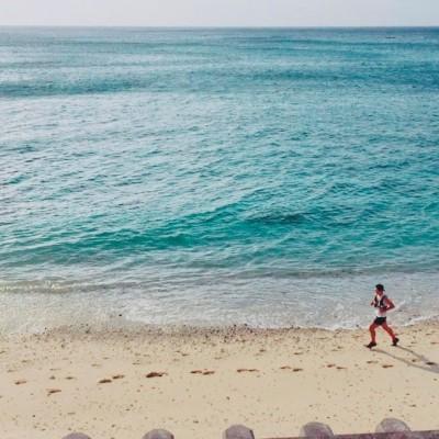 いへやブルーな海を楽しみながら海岸を走ります
