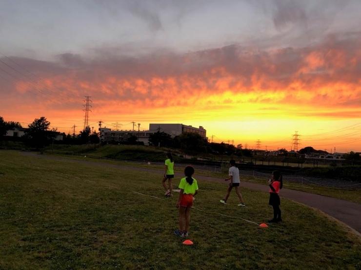 2019年5月22日水曜日クラス 18:48 新郷東部公園での練習中の夕焼け