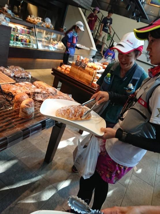 具材に合うパンを考えながら、みんなでパンを買いに走ります。