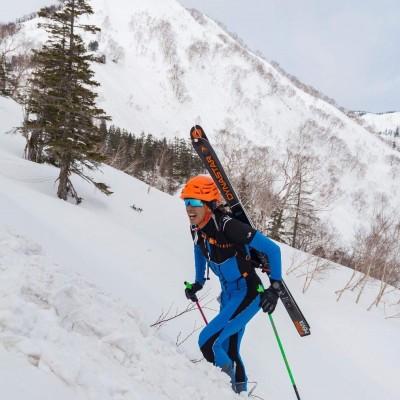 山をスキーを担いで登って、履いて滑り降りる!