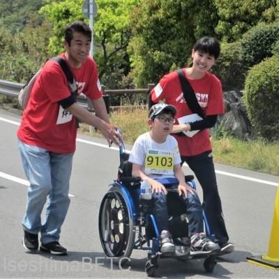 車いすを押す伴走ボランティア