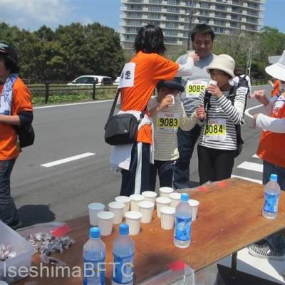 給水所で活動するボランティア
