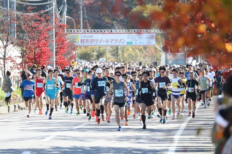 紅葉の中「軽井沢リゾートマラソン」のスタートをきるランナーたち