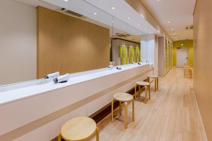 女性更衣室のパウダースペースは広々と明るく使いやすい