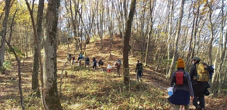 昨年秋、宝登山で行われた親子登山イベントの様子