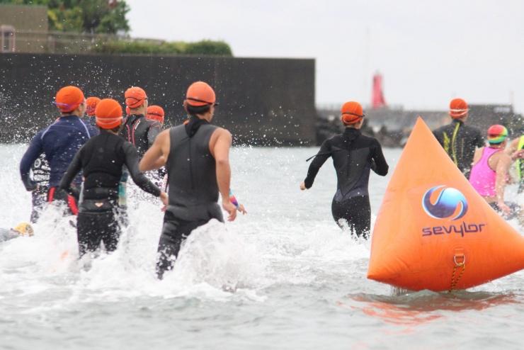 【オーシャンスイムやマラソン大会も】  都内近郊の海にてオーシャンスイムやマラソン大会も開催しています。また、様々なアクティビティ体験会も開催中です。